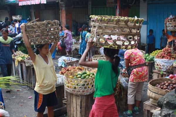 dewi, tukang suun ibu hamil di pasar badung, denpasar